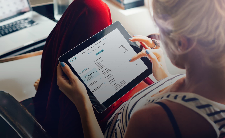 Person, die auf ihrem Tablet die Adam Riese Webseite ansieht