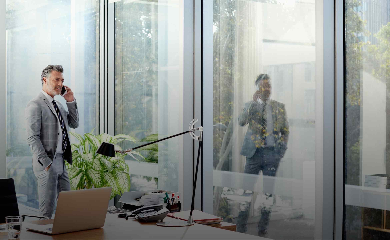 Ein Mann telefoniert in seinem Büro